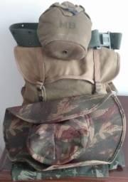 Kit Acampamento com 1 calça, 1 mochila, 1 cantil e um chapéu