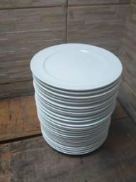 Pratos em cerâmica brancos