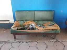 Sofá antigo com retráteis laterais p restaurar... peça rara e única.