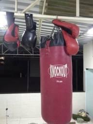Saco de boxe Knockout + 2 luvas de boxe.