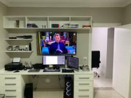 Mesa de escritório branca + nichos + prateleiras com 2,53mt (planejada)
