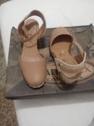 Sandálias plataforma e de saltinho.