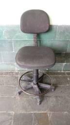 Cadeira giratória com regulagem de tamanho