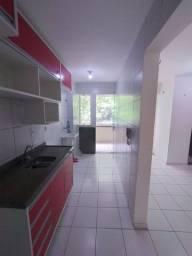 Apartamento com 2 banheiros e armários na cozinha
