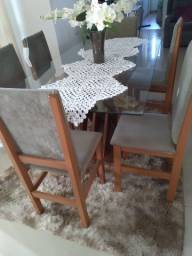 Mesa com 6 cadeiras na cor cinza e madeiras