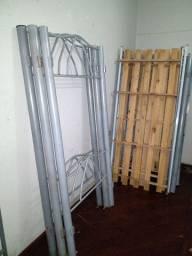 Beliche de ferro usada com dois colchões