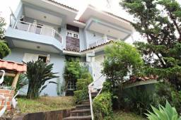 Casa central com 4 dormitórios, pátio com piscina e peças amplas.