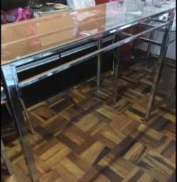 Mesa para loja com suporte para cabides