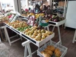 Uma banca de frutas a venda