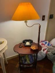 Mesa com revisteiro e abajur