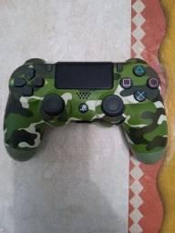 Controle camuflado de PS4 original.