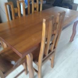 Mesa em madeira com 8 cadeiras