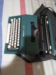 Máquina de escrever Olivetti antiga