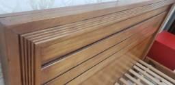 Cama Queen madera maciza. Com criados mudos e colchão.