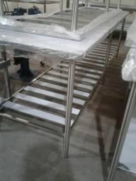 Mesa de Inox medindo 2.30 x 70 x 90 altura.