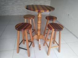 Mesa bistrô com 4 bancos