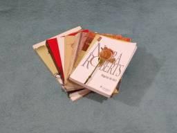 Kit com 7 livros usados de diferentes gêneros