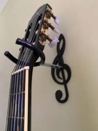 Suporte de violão, guitarra, e outros instrumentos de corda.