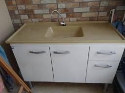 Gabinete de cozinha com pia e torneira