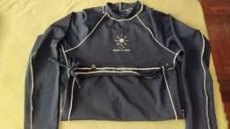 Blusa com proteção Uv azul semi nova de qualidade.