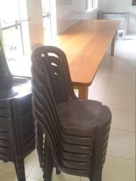 Mesa maciça de Cambará + 14 cadeiras plásticas