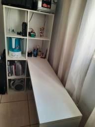 Mesa tipo escrivaninha com 8 nichos