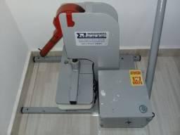 Máquina para fabricação de chinelos