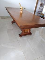 Mesa de madeira maciça .