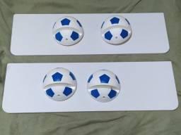 Prateleira com suporte de bola de futebol