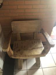Porta- louça e cadeira antigas