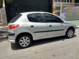 Vendo Peugeot 2005 4 portas ar direção - 2005