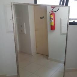 Espelho com moldura tipo 'folha de prata envelhecida' - 155 x 106 cm