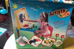 Mesa com suporte para pintar para crianças