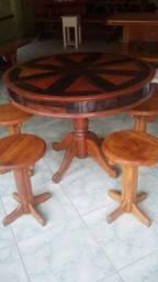 Mesa com 4 bancos em madeira