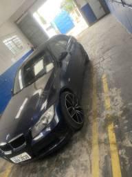 BMW 320 i teto solar e banco de couro aro 20