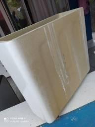 Caixa acoplada com pequena avaria na tampa