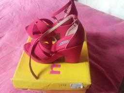 Sandália vermelha de camurça