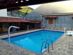 Casa com piscina e quadra em Três Rios.