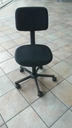 Cadeira escritório com rodízio