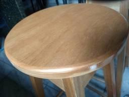 Banquetas de madeira, novas e resistentes