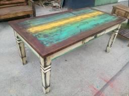 Fabrico mesas em madeira de demolição legítima