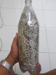 Garrafa de 2L cheia de anéis de latinha pra quem trabalha com artesanato