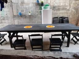 Mesa com 10 cadeira de madeira