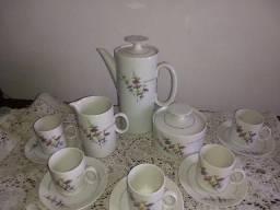 Conjunto de chá de porcelana Renner com 8 peças desenhos florais