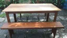 Mesa com dois bancos em madeira maciça