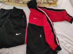 Conjunto da Nike calça e blusa.