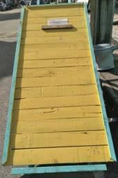 Carro de mão de madeira
