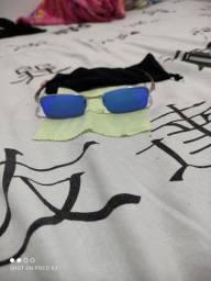Óculos Oakley modelo quadrado.