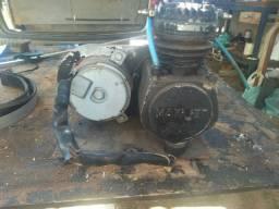 Compressor 12v com cilindro de ar e pistão.