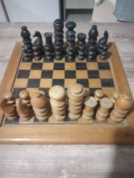Tabuleiro e peças se xadrez de madeira em ótimo estado. Valor promocional